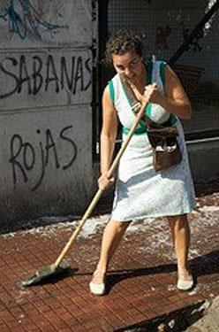 Carolina Lopez en una de las baldeadas de San Telmo Limpia