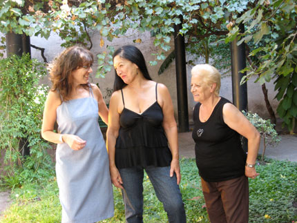 Anna Charelli, Graciela Fernández y Graciela Mammarrella en la plazoleta