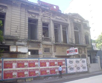 Un edificio de la calle Brasil en caída y en venta. Foto: Mariana Diez
