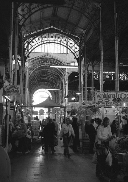 El interior del Mercado de San Telmo Foto: Alejandro Gulminelli, www.unafotopordia.blogspot.com