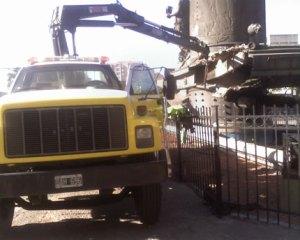 El 1 de abril una grua sacó piezas del monumento