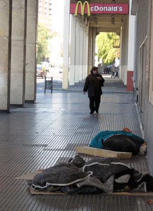 Personas sin casa durmiendo debajo de las arcadas del Paseo Colón