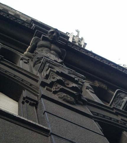 Detalles del edificio (incluyendo el condor) Foto: Rachel Hunt