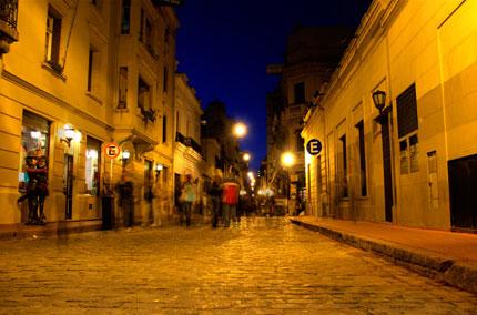 La calle Defensa, una de las más transitadas del barrio Foto: www.200cables.com